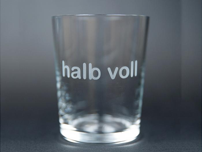 Glas halb voll